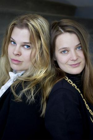 """Caviare Days består av Maja (till vänster)  och Lina Westin från Gävle. En ovanlig duo som tar den moderna popmusiken till helt nya höjder. Se dem """"hemma"""" på Stortorget i kväll."""