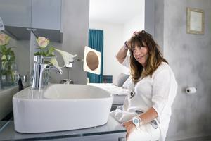 Ett rum Mira är lite extra nöjd med är badrummet. Här sitter hon gärna och sminkar sig, tar ett bad eller öppnar upp den stora glasdörren till jacuzzin som står på trädäcket utanför.