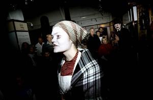ÖVERGIVEN. Spöket Lisa, eller Emma Eriksson som hon egentligen heter, letar efter Kalle som aldrig kom på hennes begravning.