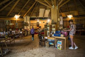 Loppmarknad, här fanns allt från vackra tavlor till gamla porslinskoppar.