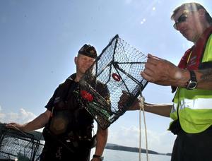 Närpolisens gruppchef i Askersund, Peter Samuelsson, tillsammans med fisketillsyningsman Michael Bergström under fjolåret kräftfiske som började mycket vildare än årets.