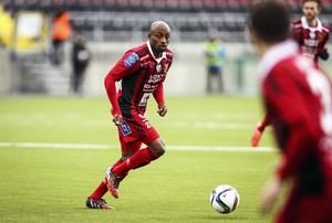 En viktig pusselbit för ÖFK:s mittfält finns nu på plats inför 2017 i och med att Fouad Bachirou väljer att spela vidare för Jämtlandsklubben.