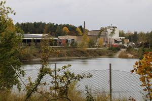 """""""Närmaste granne"""" till Nybetongs anläggning är Hynnebergsbrottet, ett av de vattenfyllda gamla stenbrott som finns i området."""