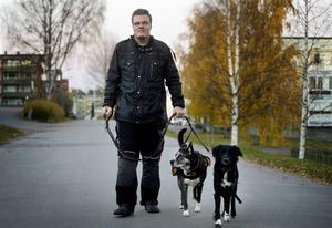 Kenneth Johansson på promenad med sina specialtränade hundar Wilma och Sara. Hundarna får jobba hårt och Kenneth är orolig att de ska bränna ut sig.