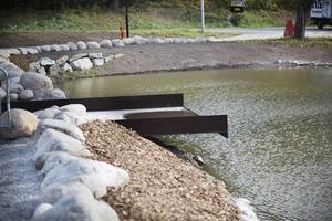 Vid högt vattenstånd ska vattnet flöda över kanten. Belysning från undersidan ska höja effekten när det är mörkt.