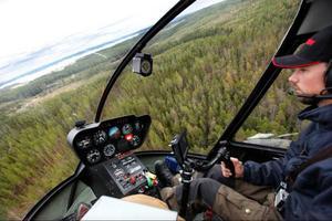 Piloten Kalle Schmidt har ett digert arbete framför sig den här veckan. Tillsammans med skogskonsulter från Skogsstyrelsen ska över 300 hyggen kontrolleras.