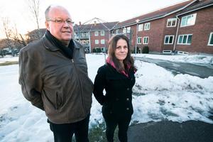 Hans Granlund och Linda Normann framför uteplatsen som de vill förbättra med bland annat grillplatser och parasoll.