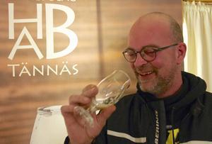 – Oj, oj, oj, vilken arom, säger Jola Ericsson, när han får testsmaka Härjedalens bryggeriaktiebolags nya dubbel-ipa.