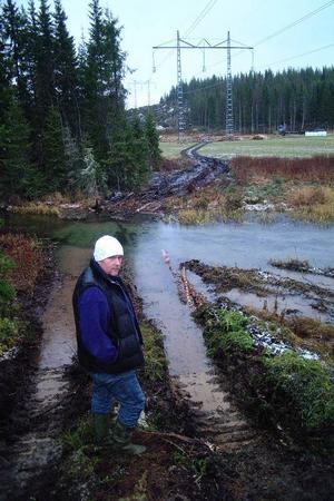 Jan-Olof Nordlund, Torsäng, på den plats där timmerskotaren körts rakt över Sörviksån.Foto: Ingvar Ericsson