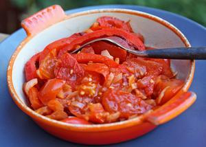 Lecs är en ungersk variant av franska kökets ratatouille. God som tillbehör till kött- och korvrätter.   Foto: Dan Strandqvist