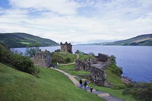 Sjön Loch Ness och Urquhart Castle lockar turister, inte minst för myterna kring odjuret i vattnet.   Foto: Shutterstock.com