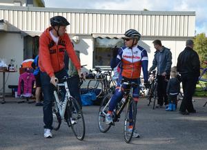 På väg. Benny Engström får goda råd av Mikael Funck innan han rullar iväg. Det är kul att få testa den här sortens cyklar, tycker Benny som fastnat för motionsformen.