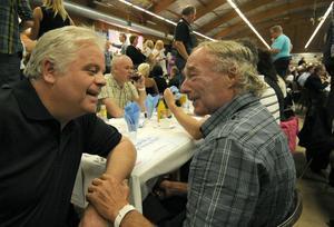 Olle Bastbacken åker alltid hem från Storvik till Alfta för strömmingsfesten. Här pratar han U-båt med Rune Hagdemyr.