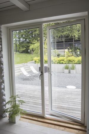 Glasdörrarna har satts in för att skapa en närhet till naturen utanför och för att ge mer ljus.