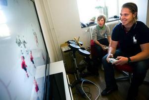Nicklas Bäckström testspelar NHL 10, spelet där han själv är omslagspojke, tillsammans med Oscar Agius från Uppsala som fick chansen att spela mot sin idol.