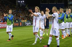 Islands spelare tackar publiken efter matchen mot Portugal.