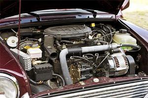 På 1999 års Mini är det fortfarande samma grundmotor men den har vuxit till 1275 kubik och har bränsleinsprutning.
