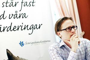 Avtalet med Migrationsverket ska bort. Det står Sverigedemokraterna Roger Hedlund och Margareta Sandstedt fast vid och det är den bärande bjälken i finansieringen av förslagen på satsningar. Men beräkningen av hur mycket man sparar bygger på en rapport som Roger Hedlund inte själv sett.