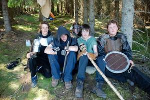 Rövare. I den mörka granskogen, en bit bort, huserar rövarna i rollspelet. I det civila livet lystrar de till namnen Marsus Hansson, Andreas Erlandsson, Jon Winlund, Erik Sommarström och Marcus Modig.