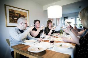 Klockan 18:02. Gästerna som kom till Karin och Kalle Wångstedt var Jonas Jonsson, Maria Schön, Maria Lindström och Annica Jonsson.