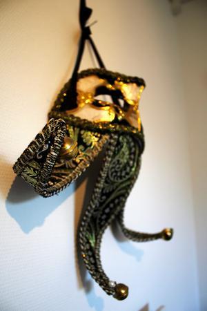 En vacker mask hänger på sovrumsväggen.