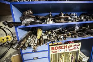 På hyllorna i butiken finns allt möjligt sparat.