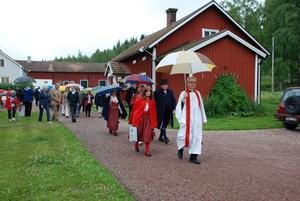 Mot kyrkan. Deltagarna under gårdagens båtsöndag tågade gemensamt till kyrkan. I Ore kyrka hölls det gudstjänst och efteråt bjöds det på kyrkkaffe. Foto:Göran Persson