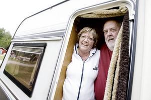 TITTUT. Paret Bernt Hellström och Laila Hellström från Härjedalen är vana campingbesökare och favoriten är Strandbaden i Årsunda.Foto: Catharina Sandström