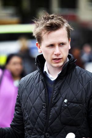 Roger Hedlund, Sverigedemokraternas ledande namn i Gävle och Gävleborg har krävt att hans partikamrat i Bollnäs, Pär Norling, utesluts ur partiet efter att han sagt att islam borde förbjudas i Sverige.