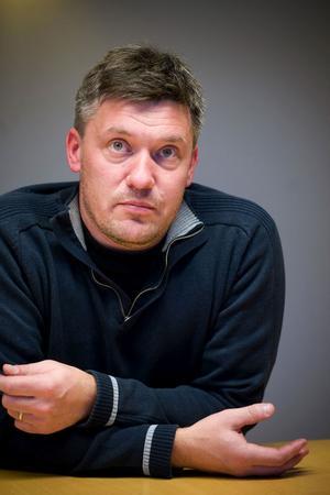 Lars Söderström, som äger Söderbärke Markteknik, väntar på att det ska lossna på Larssveden.