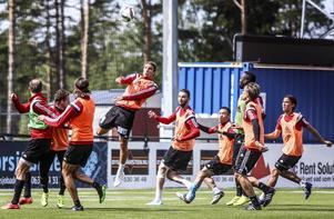 Jonathan Azulay går upp på en höjdboll under måndagens träning. Han är en av ÖFK-spelarna som har kontrakt även över nästa säsong.