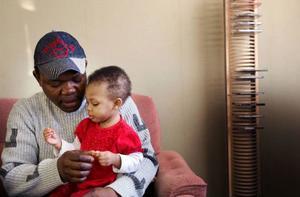 """""""Kanske kan Yassmin hälsa på mig i Afrika"""", säger Ali Kone och kramar om sin lilla dotter. Foto: Håkan Luthman"""