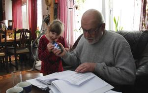 Alice farfar Kjell Brodin läser ur pärmen fylld med tre års myndighetskontakter. Kommunen anser inte att de gjort något felaktigt i sin handläggning av ärendet.