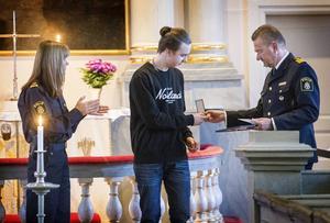 Polisområdeschefen Stephen Jerand delade ut medaljer till Theo Pettersson och Birgitta Persson.