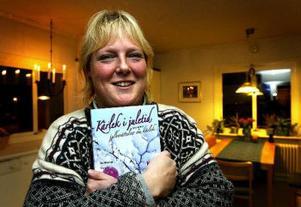 Cecilia Ekhem med en novellsamling hon tidigare medverkat i.
