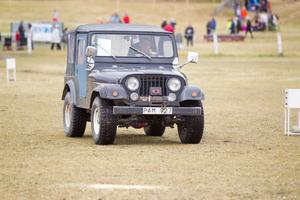 Tävlingsledare Gerhard Winroth tog sin runt tävlingsområdet med sin Jeep.