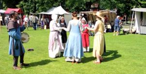 På marknaden fanns både medeltida musik och kläder.