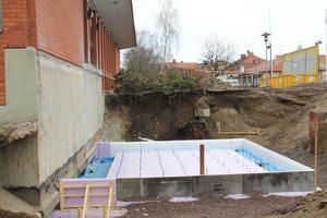 På gång är att gjuta den nya entréns grundplatta. Man har fått gräva djup för att få den på plats.