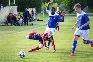 Det var hård kamp lagen emellan på Bergsåkers IP. Här går Selångers Felix Häggström omkull efter en duell med HFF:s Mohammed Bangura.