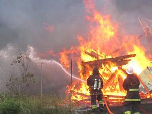 En ladugårdsbyggnad brann ned till grunden i Hamra på fredagskvällen. Läsarbild: Amanda Edin
