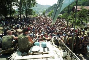 På flykt. Holländska FN-soldater övervakar flyktingströmmen 1995.