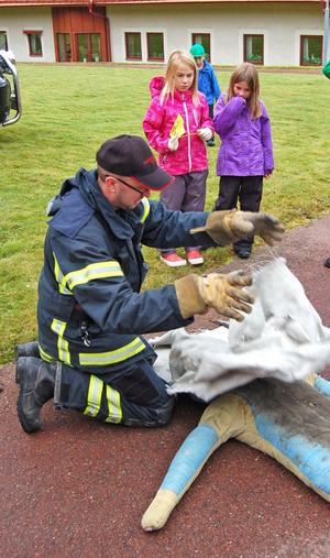 Fredrik Dahlgren demonstrerade – på en docka - hur man med en filt släcker eld i kläder.