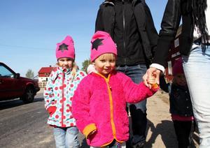 Föräldrarna till Irma Svahn, Ella Hedin och Asta Svahn är oroliga för barnen vid den trafikerade Sockenvägen.