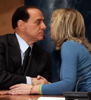 Silvio Berlusconi rekryterar unga snygga kvinnor till politiken för att agera ansikten utåt i valrörelsen. Den italienska politiken är ett extremfall men risken finns även i Sverige att jakten på unga, fräscha namn slår hårt mot de mindre fräscha, men kanske oerhört kompetenta, namnen.