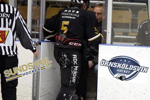 Bilden är ett montage. Spelaren har inget med matchen mellan Örnsköldsvik Hockey och Sundsvall Hockey att göra.