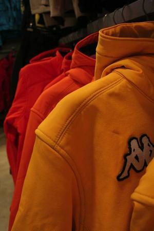 Färgstarka jackor från märket Kappa i Vicolungo outlets, utanför Milano.