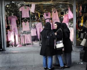Tehran, staden som är som ingen annan. För oss kan mötet mellan slöjor och rosa underkläder verka märkligt.
