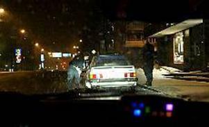 Foto: GUN WIGH 23:00 Kontroll. Tulla Johansson och Helene Ädel har stoppat en bil på Gävlevägen för en kontroll. Det fanns dock inget att anmärka på.