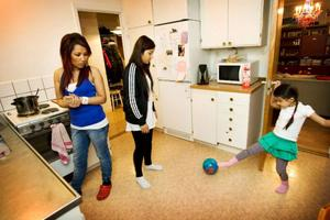 Sony och Elis spelar fotboll i köket i väntan på maten.