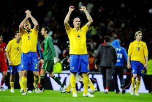 Olof Mellberg och Daniel Majstorovic tackar publiken efter 0–0 i lördagens VM-kval match i fotboll mellan Portugal och Sverige på Dragao Stadion i Porto.